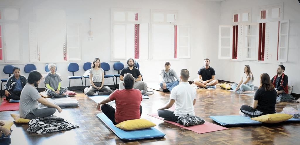 Colaboradores da Fohat em um momento de meditação